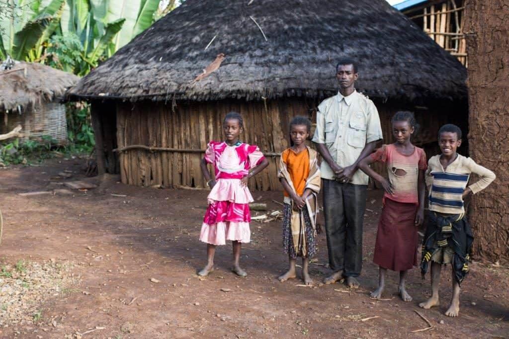 Äthiopische Bauernfamilie vor dem Haus in Kaffa Region