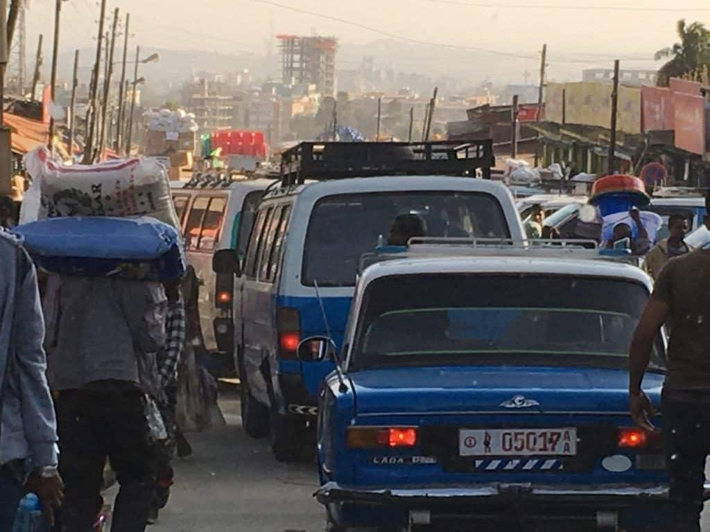 Typisches Strassenbild in Addis Abeba blaue Taxi